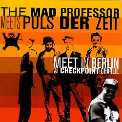 Meet in Berlin at Checkpoint Charlie   Dodax.fr